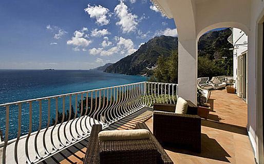 Дома в остров Эвритания с видом на море